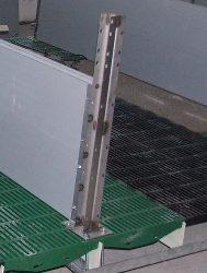 oszlop C-szelvény fülekkel, 50 cm talpas, rozsdamentes acél
